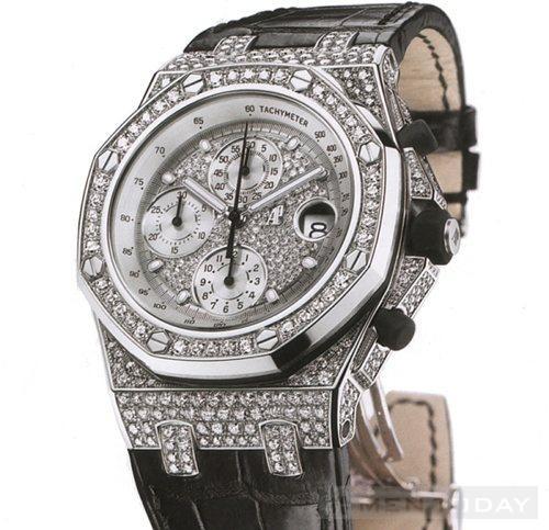 Đây là chiếc đồng hồ thuộc dòng Royal Oak Offshore được làm từ da ca sấu và mặt đồng hồ được đính kim cương. Nó có giá khoảng 119.000$ (khoảng hơn 2 tỷ VND)