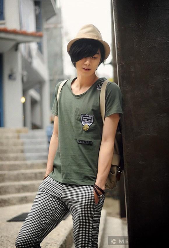 Chàng trai trẻ bảnh bao với áo phông