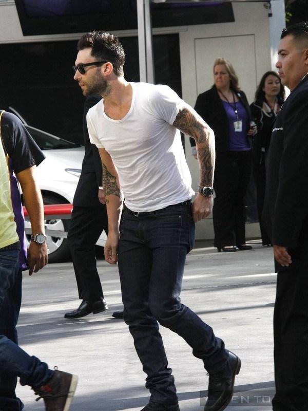 Cách phối áo phông trắng của Beckham và Adam Levine 12