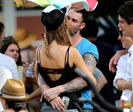 Behati Prinsloo tình tứ với bạn trai mới Adam Levine
