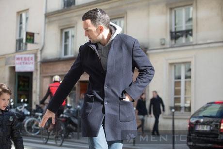Học quý ông Paris làm chủ màu camel và xanh navy qua streetstyle