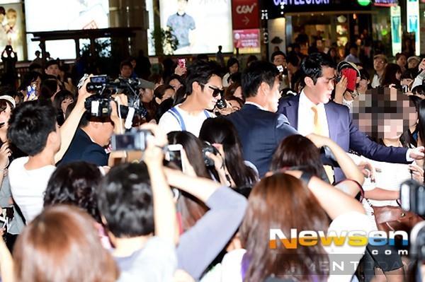 """Một rừng fan nữ đã chờ sẵn Lee Min Ho ở sân bay, anh bị """"bao vây"""" và phải nhờ tới hỗ trợ của vệ sỹ. Mặc dù đám đông hỗn loạn nhưng nam diễn viên trẻ liên tục nở nụ cười và vẫy chào người hâm mộ trước khi vào phòng chờ."""