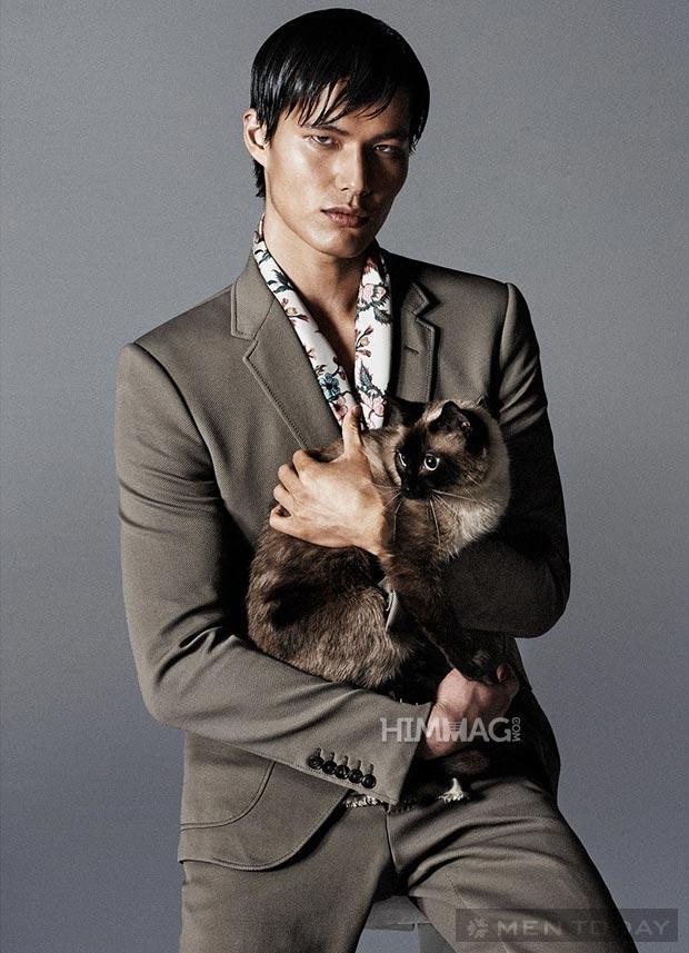Những nam mẫu quyến rũ bên những chú mèo đáng yêu
