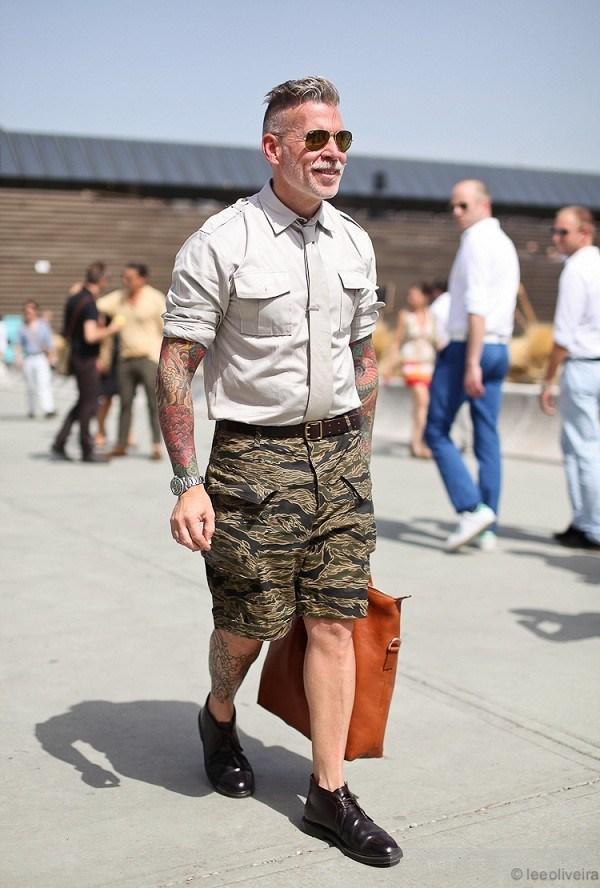 """Militaty """"head-to-toe"""" với quần short cargo và áo sơ-mi quân đội"""