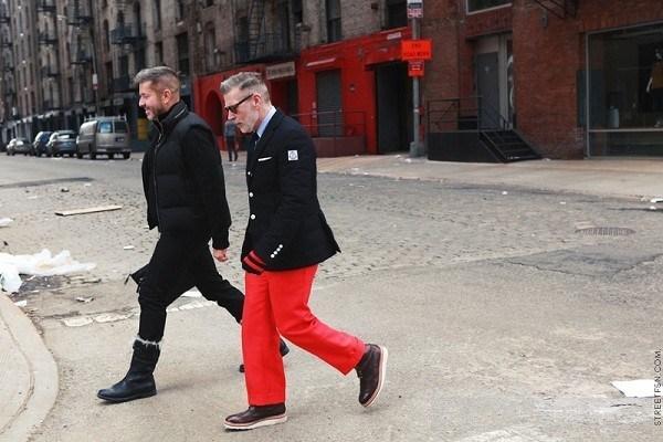 Nick Wooster cân bằng set đồ bằng việc kết hợp quần màu đỏ coral cùng blazer tối màu