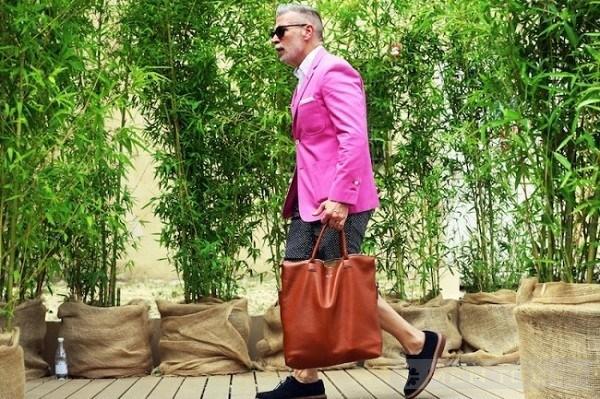 Blazer hồng được Nick Wooster kết hợp cùng quần short khỏe khoắn