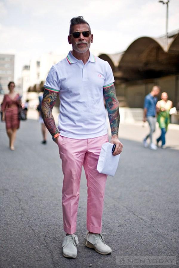 Gam màu hồng pastel được Nick Wooster kết hợp cùng áo polo đơn giản
